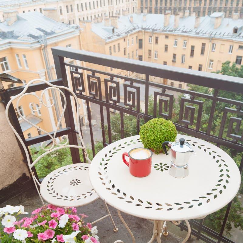 Журнальный стол с стулом на балконе стоковые изображения rf
