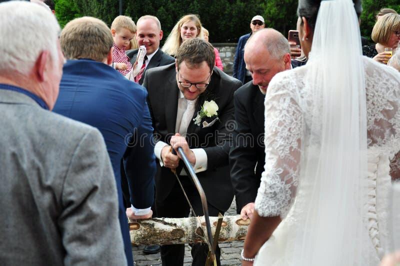 Журнал-пилящ, традиция свадьбы от Германии стоковые фотографии rf