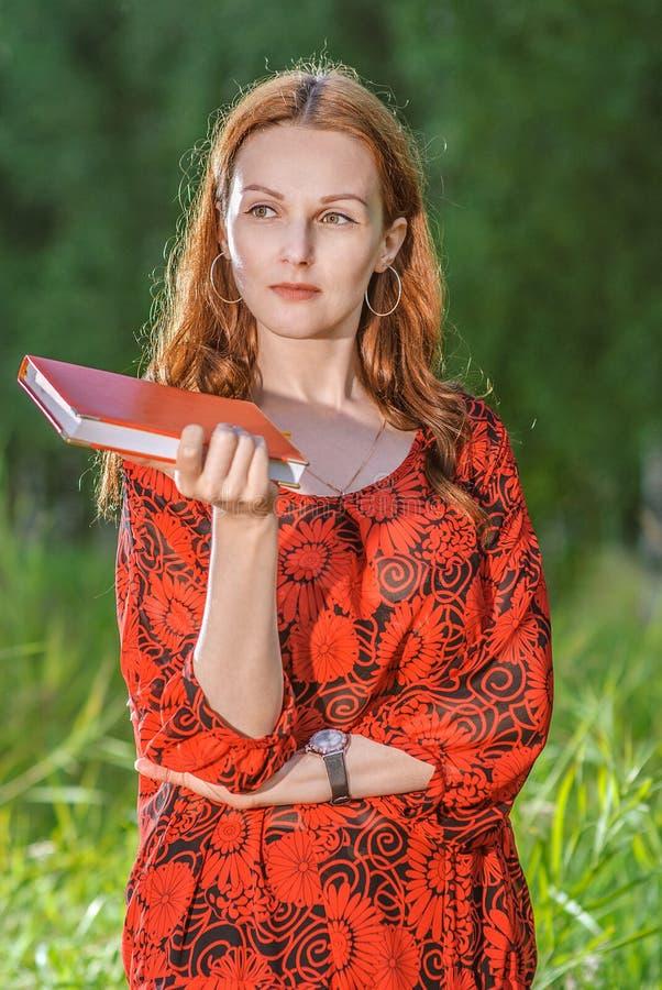 журнал девушки смотрит еженедельным стоковая фотография rf
