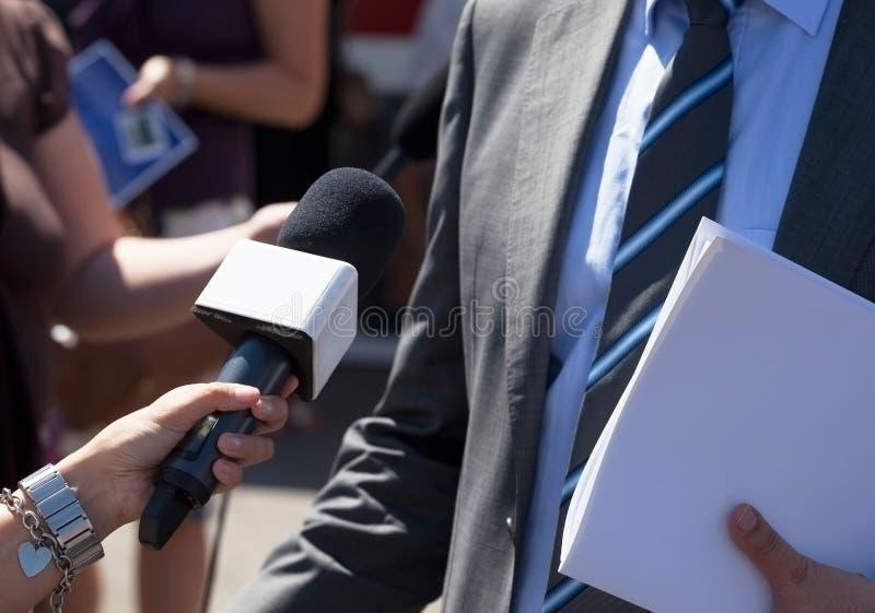 Журналист делая интервью средств массовой информации с бизнесменом стоковое изображение rf