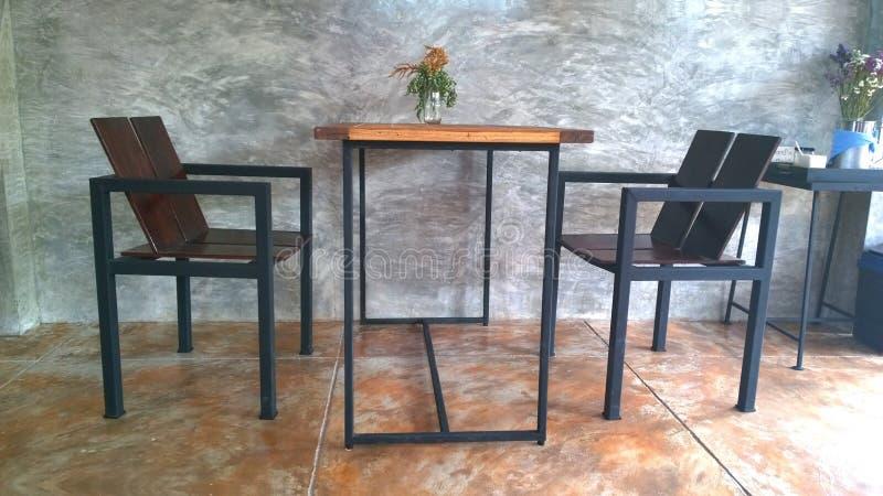 Журнальный стол года сбора винограда установленный с предпосылкой стены гипсолита чуть-чуть стоковое изображение