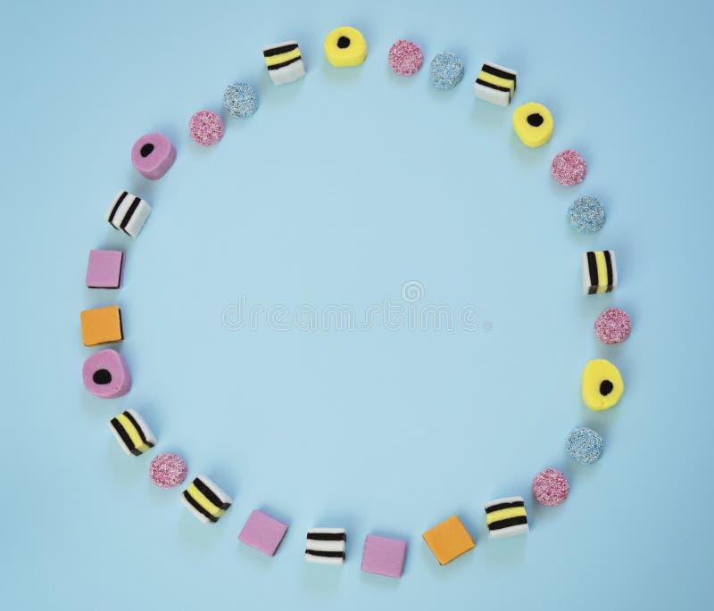 Жующ покрашенную конфету выровнянную в форме кольца стоковая фотография rf