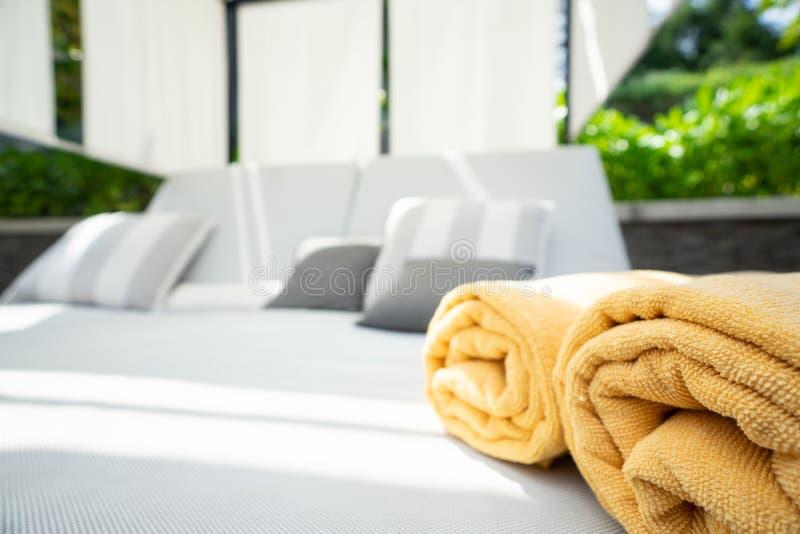 Жёлтое полотенце сложено в бассейне в спа-салоне стоковое изображение