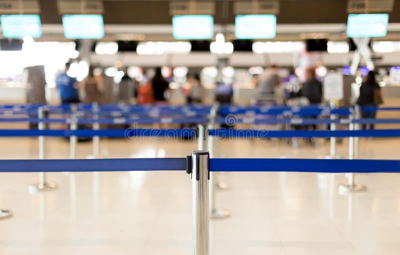 Ждать линии в авиапорте и столбе безопасностью для пассажира стоковая фотография