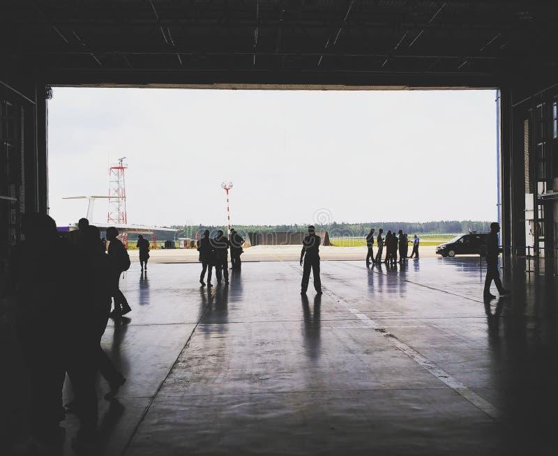 Ждать новый самолет Belavia, который нужно прийти стоковая фотография rf