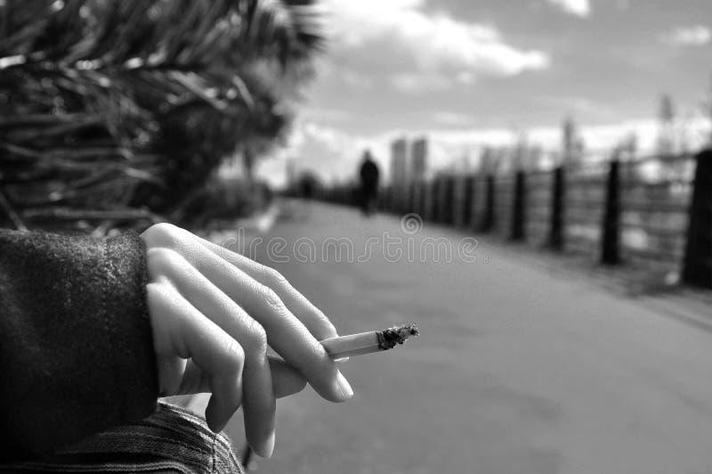Ждать с сигаретой стоковая фотография