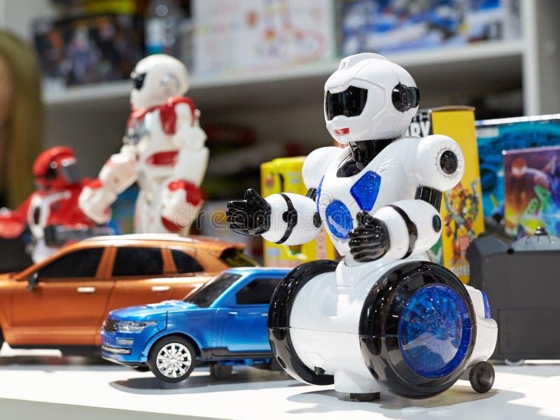 Забавляйтесь белый робот и другие роботы в магазине стоковое фото rf