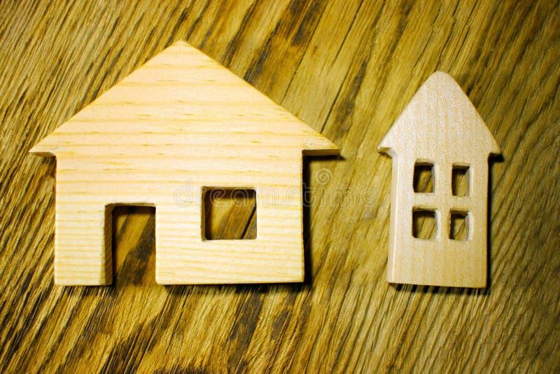 Забавляйтесь деревянный дом на текстурной доске, концепции здания стоковые изображения rf