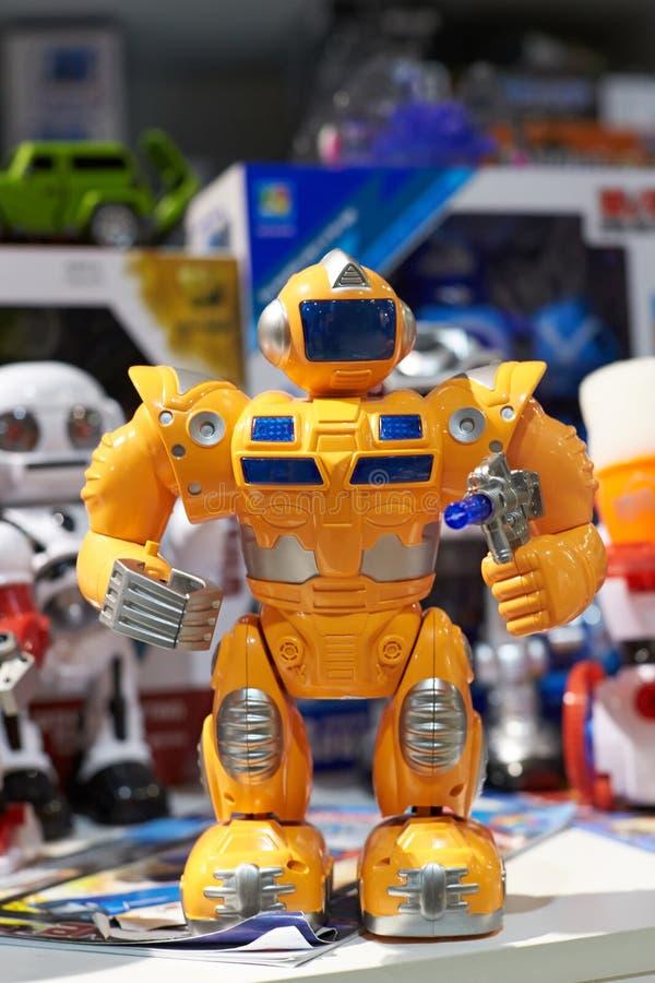 Забавляйтесь желтый робот и другие роботы в магазине стоковое изображение rf