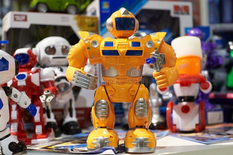 Забавляйтесь желтый робот и другие роботы в магазине стоковые фотографии rf