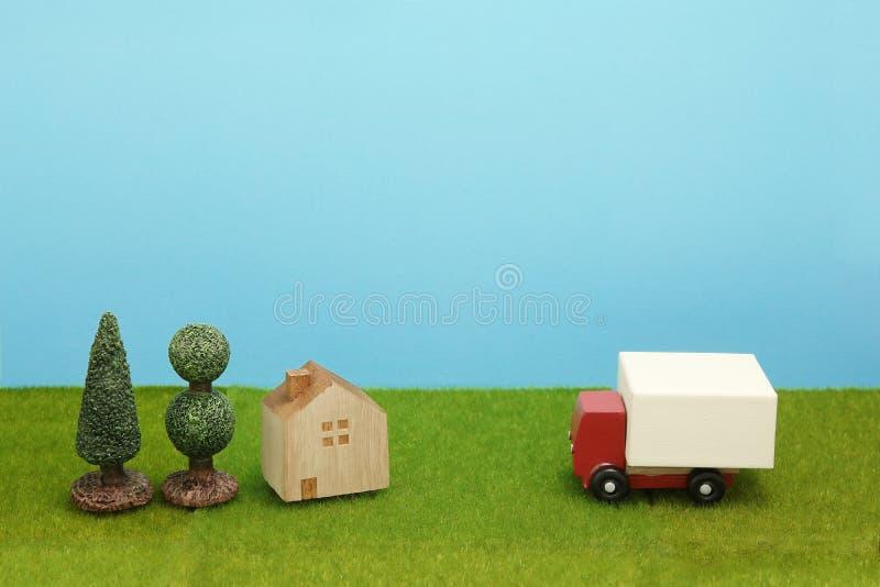 Забавляйтесь тележка и дом автомобиля на зеленой траве стоковая фотография rf