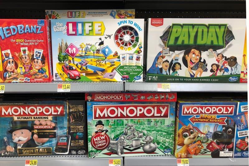 Забавные игры в коробках для продажи в магазине игрушек стоковое фото