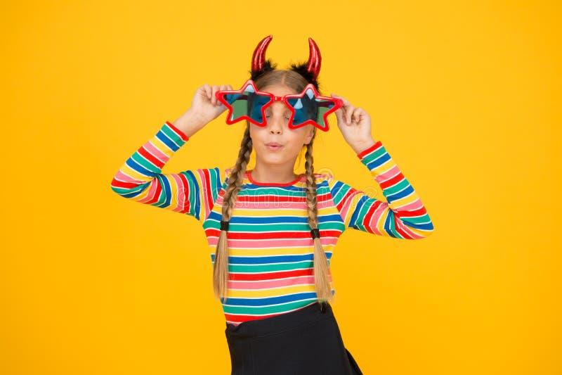 Забавный Хэллоуин Девушка из партии смотрит на забавные очки в форме звезды Забавный ребенок с жутким видом Жутко и смешно стоковое фото rf