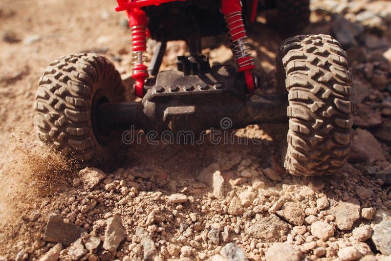 Забавляйтесь автомобиль направляя рельсами на сухом ландшафте, конце-вверх стоковое фото rf