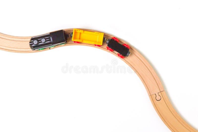 Забавляйтесь поезд и деревянные рельсы на белой предпосылке Взгляд сверху Скопируйте космос для текста стоковые изображения rf