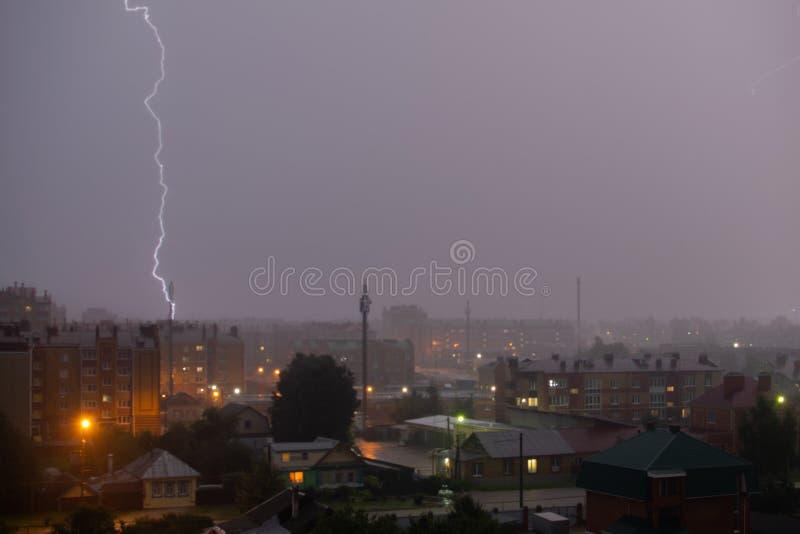 Забастовка без предупреждения над темным - серое небо в городе ночи стоковое изображение rf