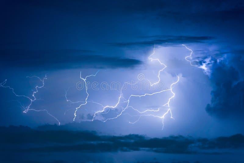 Забастовка без предупреждения грозы на темном облачном небе стоковое изображение rf