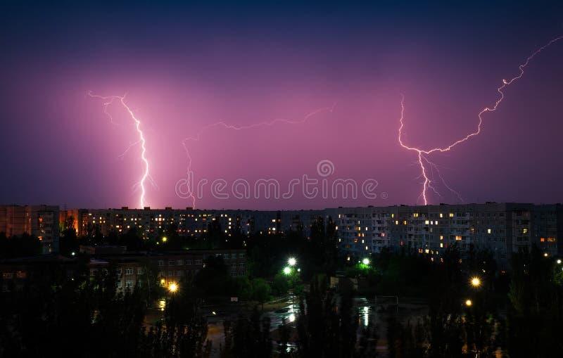 Забастовки без предупреждения вниз над городом на ноче Красивейшая съемка L стоковая фотография rf