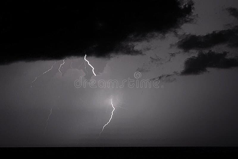Забастовки без предупреждения преобладают небо над Атлантическим океаном во время летних месяцев стоковое фото rf