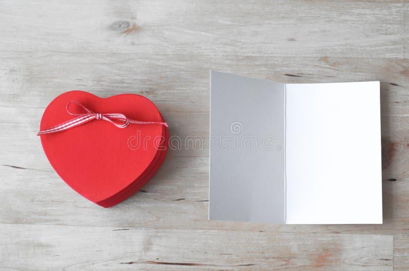 Забеленные подарочная коробка сердца и пустая карточка - стоковое фото rf