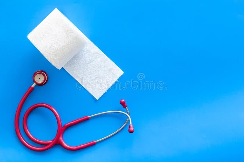 Заболевание концепции двоеточия с креном и стетоскопом туалетной бумаги на голубом космосе взгляда сверху предпосылки для текста стоковая фотография rf