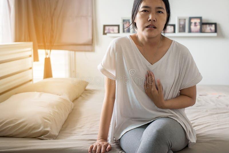 Заболевание Gastroesophageal рефлюкса, женщина имея или симптоматические кислоты рефлюкса, потому что esophageal сфинктер который стоковые фотографии rf