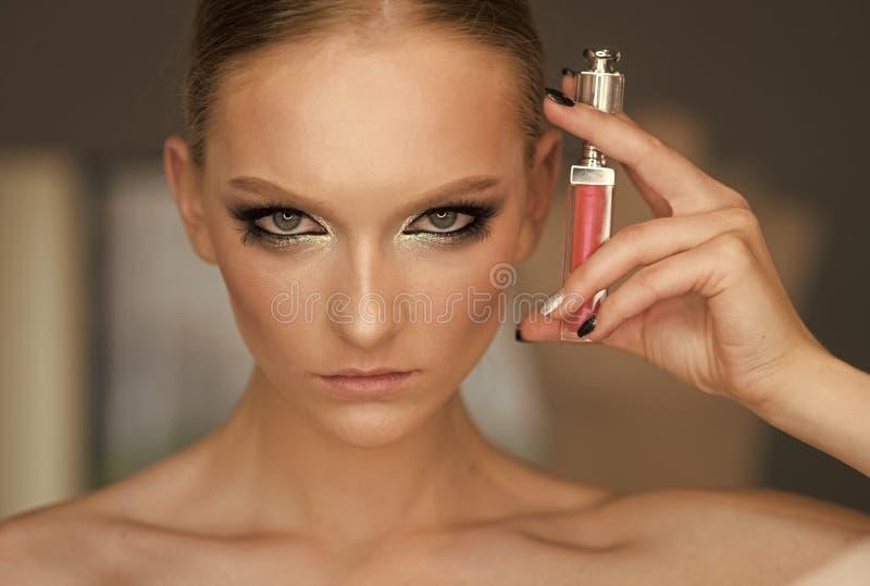 Забота губы, косметики цвета и составляет Женщина с лоском губы, составом Женщина с губной помадой, косметиками Модель красоты с стоковые изображения