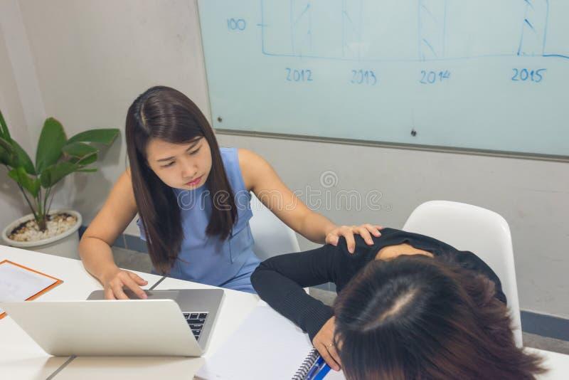 Забота женщины офиса и беспокойство товарища по работе стоковые изображения