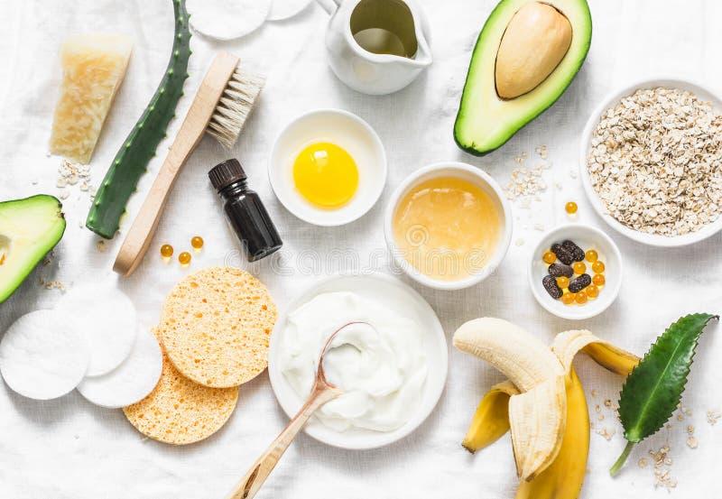 Забота кожи зимы Домодельные естественные ингредиенты для кормя лицевого щитка гермошлема на светлой предпосылке, взгляде сверху стоковые изображения rf