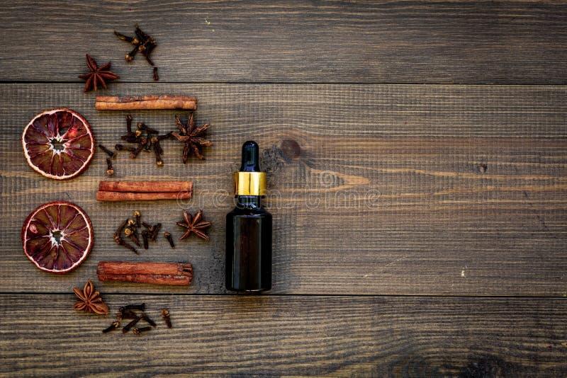 Забота кожи и ослабляет Косметики и концепция ароматерапии Коричное масло на темном деревянном copyspace взгляд сверху предпосылк стоковое фото