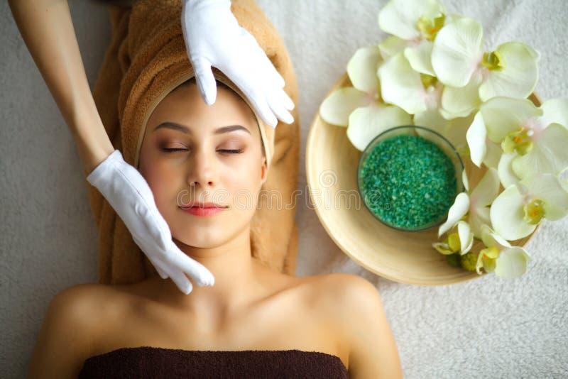 Забота кожи и тела Конец-вверх молодой женщины получая курорт Treatm стоковые фотографии rf