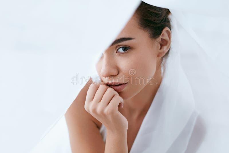 Забота кожи стороны красоты Женщина с красивой кожей и макияжем стоковое изображение