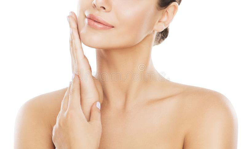 Забота кожи стороны красоты, женщина Moisturizing и массажируя щека вручную над белизной стоковая фотография rf
