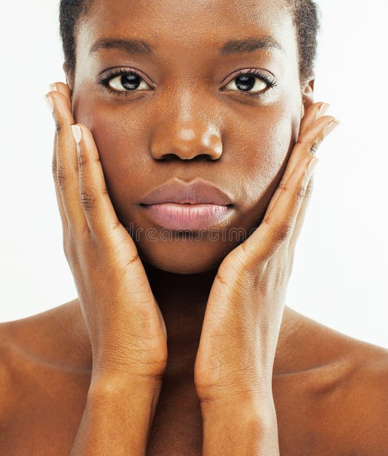 Забота молодой милой Афро-американской женщины нагая принимая ее кожи изолированной на белой предпосылке, людях здравоохранения стоковые фотографии rf