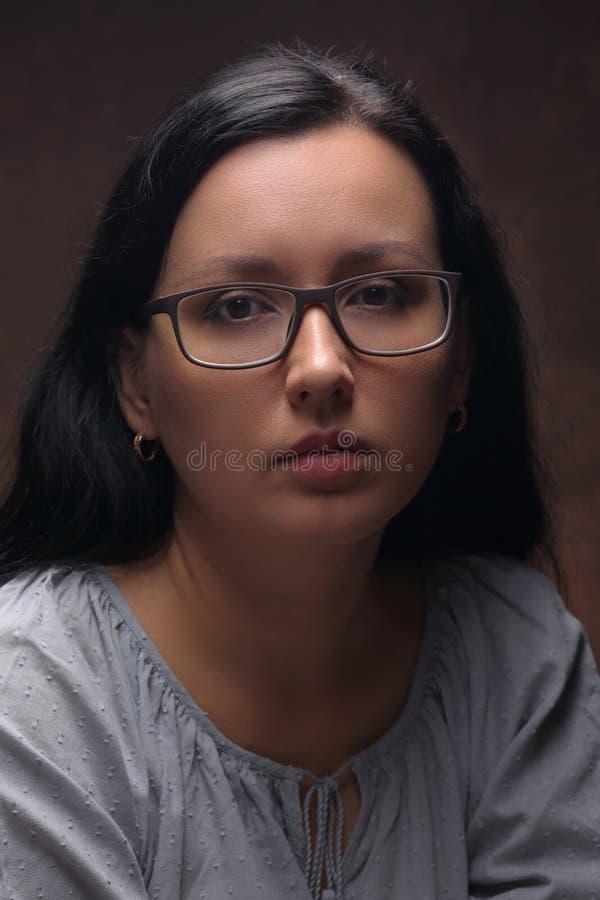 Заботливая красивая дама в стеклах стоковые фото