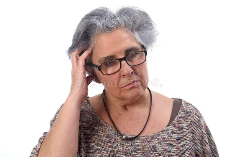 Заботливая старшая женщина на белой предпосылке стоковые фотографии rf
