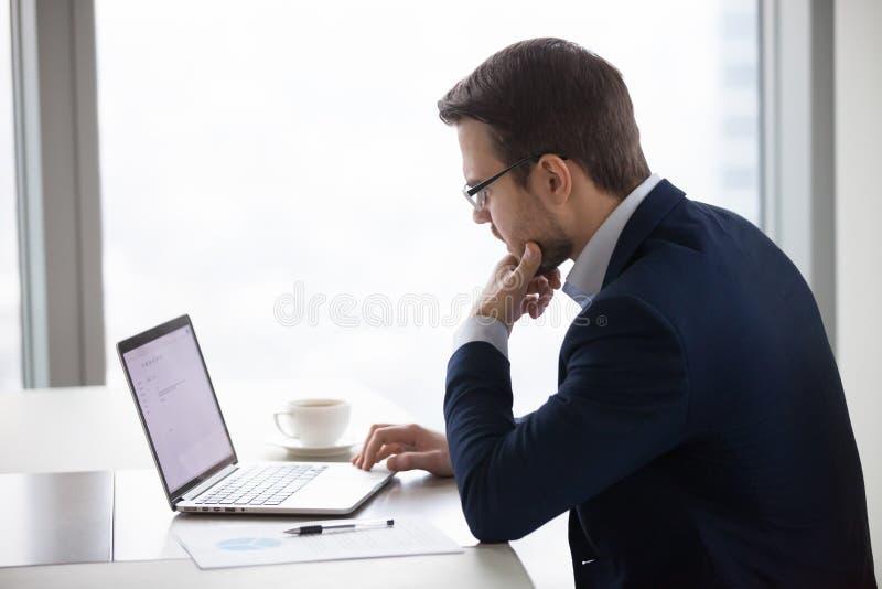 Заботливая электронная почта дела сочинительства бизнесмена на компьтер-книжке стоковые фото