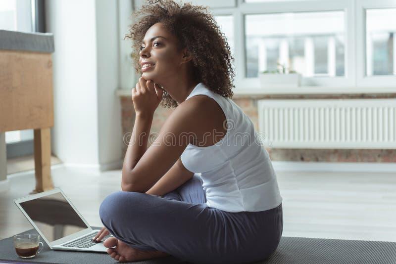 Заботливый женский печатать на цифровом приборе стоковые изображения