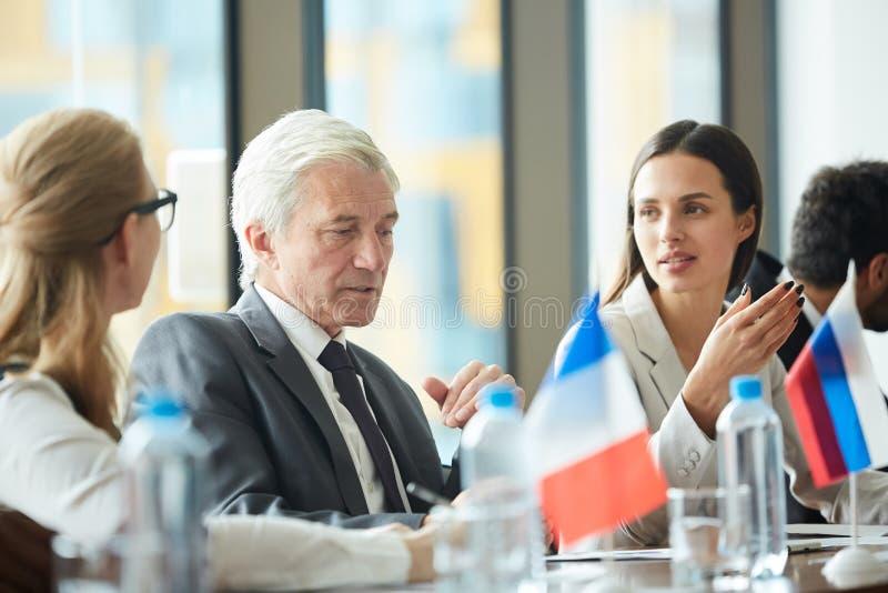Заботливый старший политик говоря к коллегам стоковая фотография