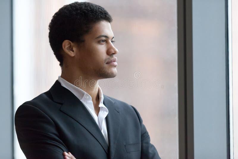 Заботливый черный бизнесмен мечтая успеха в бизнесе стоковые фотографии rf