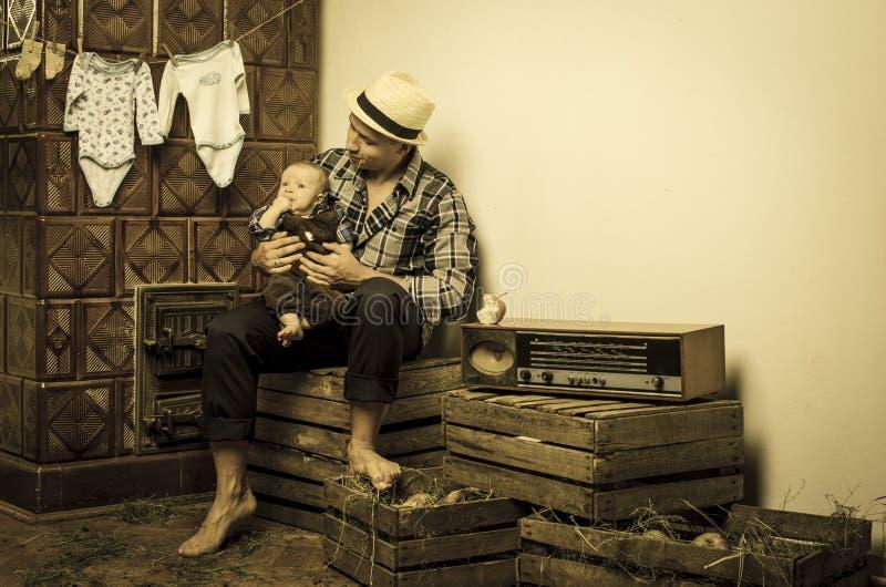Заботы отца для его newborn сына стоковое фото