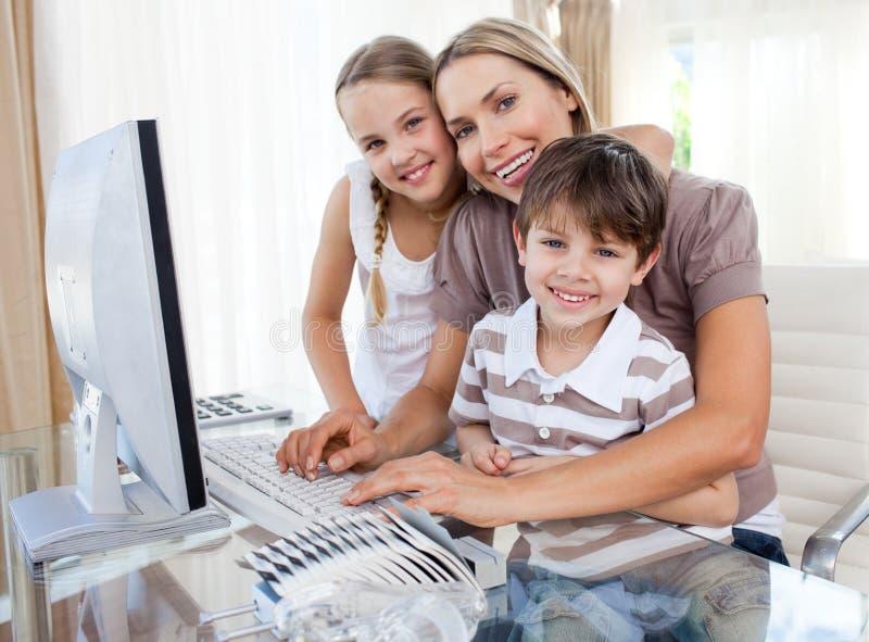 заботя компьютер детей ее мать стоковые изображения rf