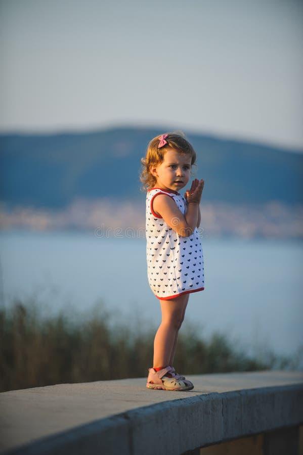 Заботливая девушка в платье стоковая фотография rf