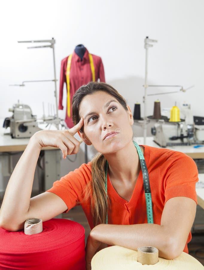 Заботливая женская склонность портноя на катышках ткани стоковые фото