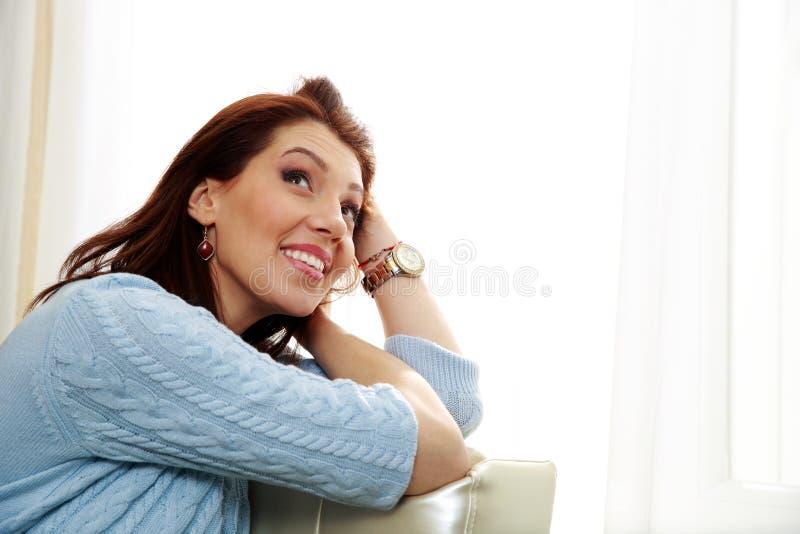 Download Заботливая женщина сидя на софе и смотря вверх Стоковое Изображение - изображение насчитывающей bluets, здорово: 37926875
