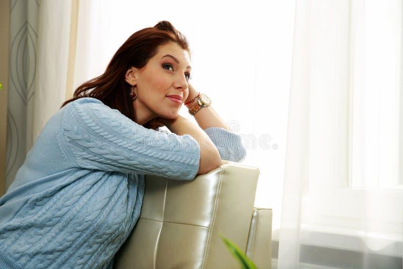 Download Заботливая женщина сидя на софе Стоковое Фото - изображение насчитывающей louise, уютный: 37926860