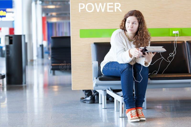 Заботливая женщина с электронными устройствами стоковое фото rf