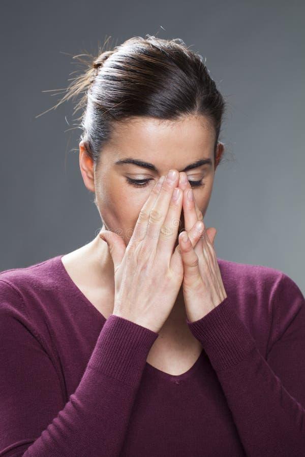 Заботливая женщина 20s смотря расстроенный стоковая фотография