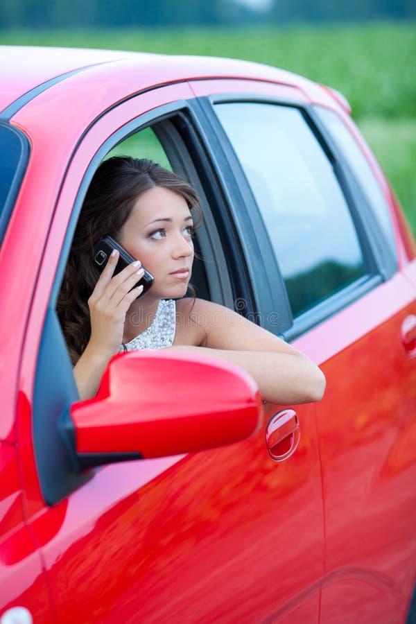 Заботливая молодая женщина в автомобиле стоковое изображение rf