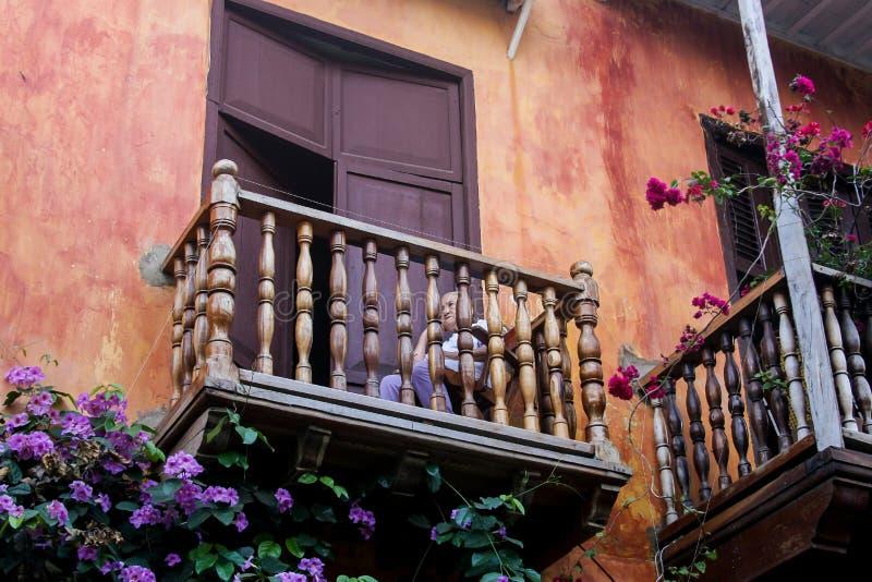 Заботливая пожилая женщина на красивом балконе стоковая фотография rf